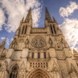 On peut voir la Cathédrale Saint André.