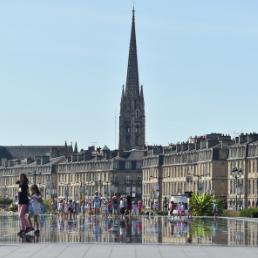 On peut apercevoir la flèche St Michel en arrière-plan. Il y aussi le Miroir d'eau au premier plan.