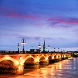 On y voit le pont de pierre de nuit avec les reflets des candélabres dans la Garonne. C'est une photo qui est très contrasté au niveau des couleurs.